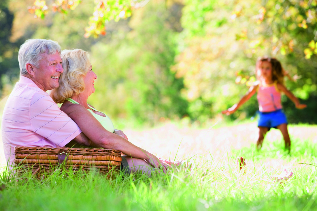 RS5739_sy_grandparents_grandchild_meadow_cl_726848_clean-scr